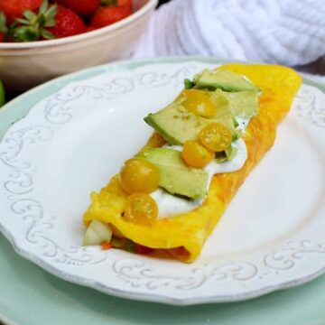 omelette with avocado and veggies