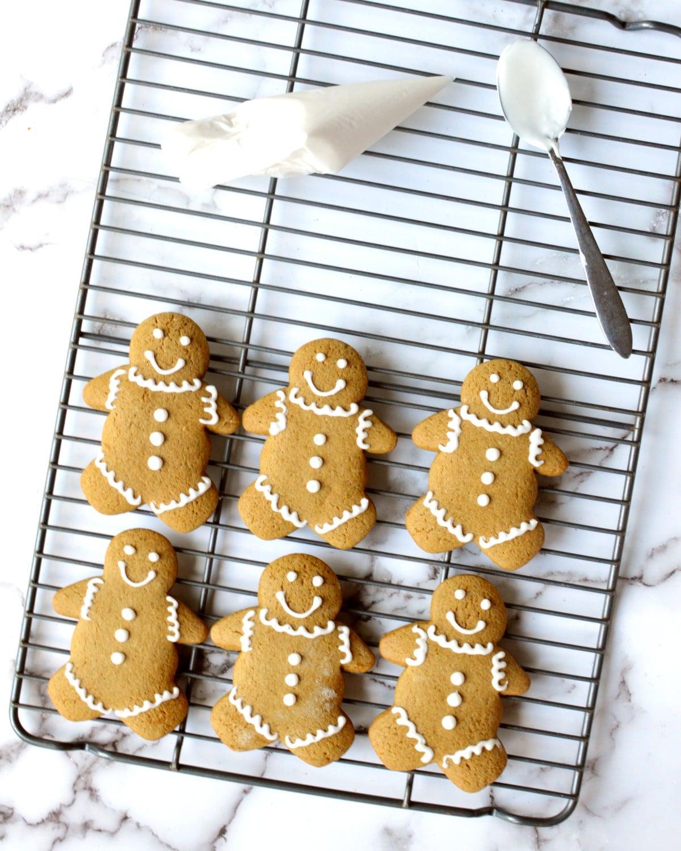 a cooling rack of gingerbread men