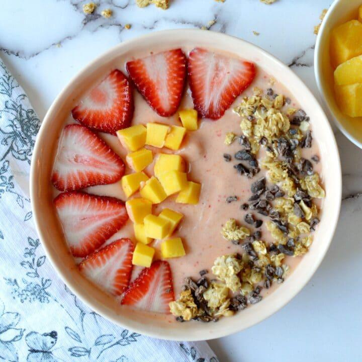 strawberry mango smoothie bowl